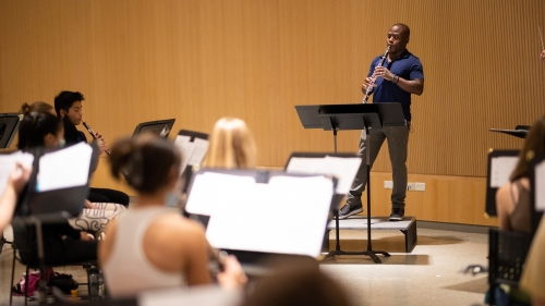 Anthony McGill playing the clarinet with Dartmouth students during a master class
