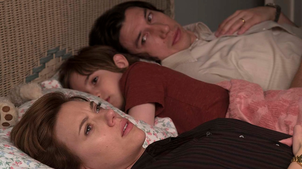 Adam Driver and Scarlett Johansson in bed looking upset - Marriage Story - Hop Film